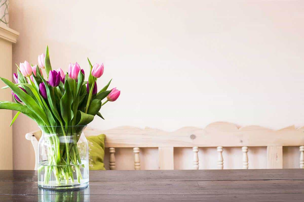 Tulips-in-a-glass-jar-over-the-table